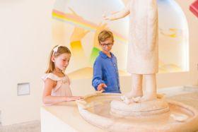 Le bénitier de la chapelle en marbre rose sculpté